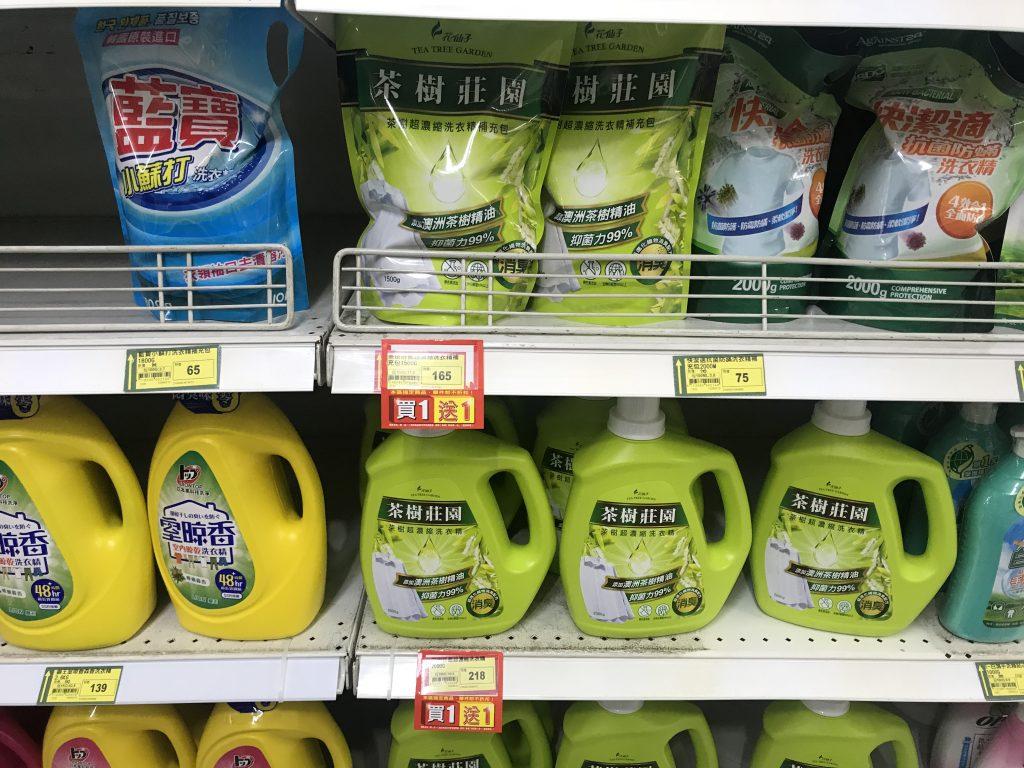Estantería de supermercado con los dos formatos de detergente